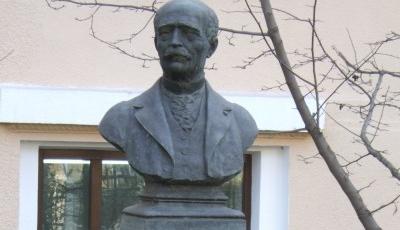 Bustul-lui-Vasile-Alecsandri-din-Bacau-20110413143304.jpg