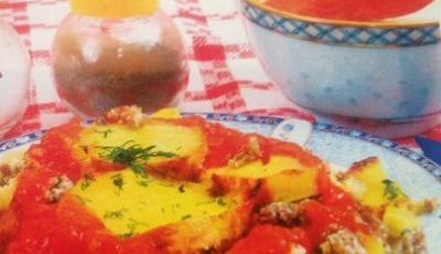 Musaca de cartofi copti cu sos tomat
