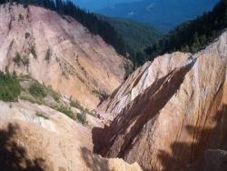 Rana din trupul muntelui: Groapa Ruginoasa, un fenomen unic in Europa