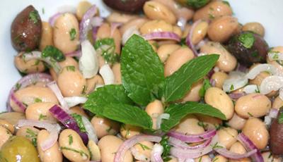 Salata de fasoale boabe cu ceapa si masline