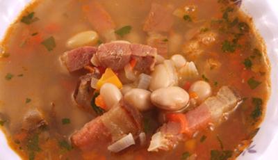 Supa de fasole alba cu costita afumata